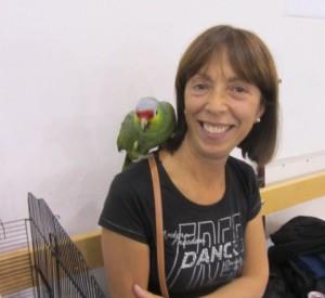 Il pappagallo di casa Chiaretti gradito ospite con la sua padrona - Copia