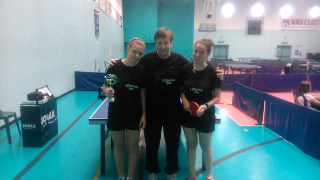 Janos Illi con le ragazze 3^ class nel doppio femminile Contento-Dromo Martina