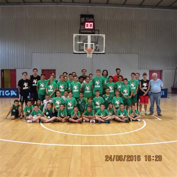 Ragassi del Basket Club Galliate con gli istruttori Gigi (Basket  al centro) e Giorgio De_