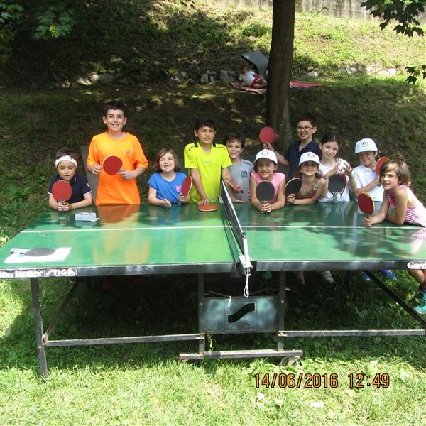 Ragazzi al corso di tennis del tennis Novara che provano il tennistavolo